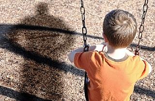 ילדים, לרוב, אינם משתפים כשקורה להם משהו רע, הם מתביישים, חוששים שאולי זה קרה באשמתם וכך מסתובבים כשעננה שחורה מעליהם